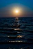 Wschód słońca na niebieskim niebie i zmroku morze w ranku dniejemy zdjęcia royalty free