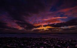 Wschód słońca na Praia De Igrejinh z dramatycznym kolorowym niebem i skałą na wyspie Sal zdjęcia royalty free