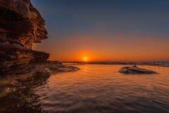Wschód słońca na Rockowym basenie przy północ kędzioru kędzioru plażą, Sydney, Australia Obrazy Stock