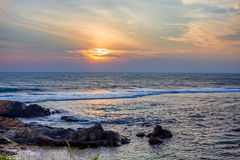 Wschód słońca na tropikalnej linii brzegowej Obrazy Stock