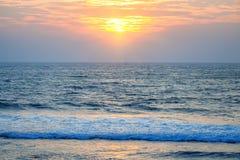 Wschód słońca na tropikalnej linii brzegowej Zdjęcie Royalty Free