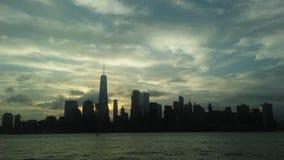Wschód słońca nad śródmieście Manhattan w Nowym NY przez Hudon rzekę - widok od swoboda stanu parka w Dżersejowym mieście, NJ obraz stock