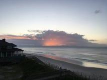 Wschód słońca nad Atlantycką ocean linią brzegową, Pólnocna Karolina fotografia royalty free