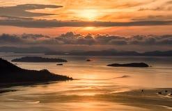 Wschód słońca nad chmurą w ranku ilustracja wektor