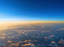 Wschód słońca nad chmury od samolotowego okno Abstrakcjonistyczni natura półdupki zdjęcia stock