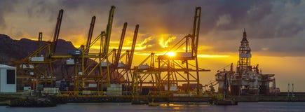 Wschód słońca nad dennym handlarskim portem zdjęcie royalty free