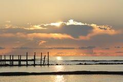 Wschód słońca nad drewnianym molem Obrazy Royalty Free
