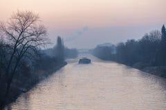 Wschód słońca nad drogą wodną w Berlin przy mglistym rankiem z widokiem freighter i most w tle obrazy stock