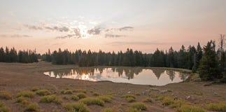 Wschód słońca nad dzikiego konia wodopojem przy świtem w Pryor gór Dzikiego konia pasmie w Montana usa Zdjęcie Stock