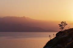 Wschód słońca nad górami i morzem zdjęcie stock