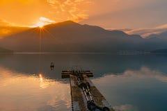 Wschód słońca nad słońca Księżyc jeziorem za górą obraz stock