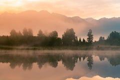 Wschód słońca nad Matheason odbicia wody jeziorem, Nowa Zelandia obrazy royalty free