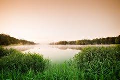 Wschód słońca nad mglistym jeziorem Obraz Royalty Free