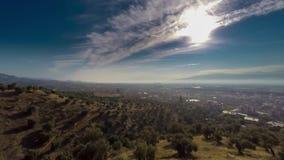 Wschód słońca nad miasteczkiem Przegapiać dolina z staczać się zielonych wzgórza i domy Czasu upływ, 4k zdjęcie wideo