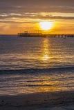 Wschód słońca nad molem w zatoce Zdjęcia Stock