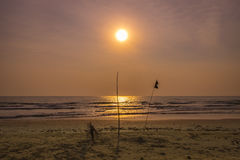 Wschód słońca nad morzem z silhuotte przedpolem Fotografia Royalty Free