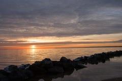 Wschód słońca nad mroźną rzeką Fotografia Royalty Free
