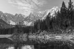 Wschód słońca nad Mt Mangart i Fusine jeziora obraz royalty free