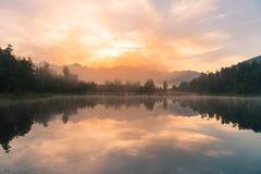 Wschód słońca nad odbicia Matheson wody jeziorem, Nowa Zelandia Obrazy Royalty Free