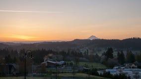 Wschód słońca nad Oregon kaskady pasmem w Szczęśliwym Dolinnym mieście zbiory