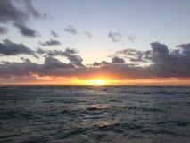 Wschód słońca nad Pacyfik widok na ocean od Kapaa plaży parka na Kauai wyspie, Hawaje Zdjęcia Stock