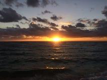 Wschód słońca nad Pacyfik widok na ocean od Kapaa plaży parka na Kauai wyspie, Hawaje Fotografia Stock