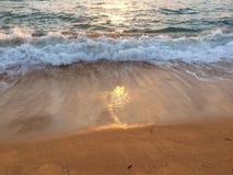 Wschód słońca nad Pacyfik widok na ocean od Kapaa plaży parka na Kauai wyspie, Hawaje Obrazy Royalty Free