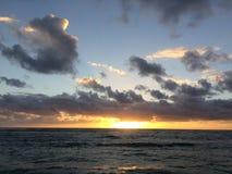 Wschód słońca nad Pacyfik widok na ocean od Kapaa plaży parka na Kauai wyspie, Hawaje Obraz Stock