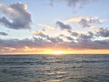 Wschód słońca nad Pacyfik widok na ocean od Kapaa plaży parka na Kauai wyspie, Hawaje Fotografia Royalty Free