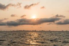 Wschód słońca nad Pattaya miasto na ranku, widok od KhoLan wyspy Obrazy Stock