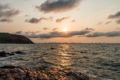 Wschód słońca nad Pattaya miasto na ranku, widok od KhoLan wyspy Zdjęcie Royalty Free