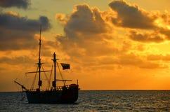 Wschód słońca nad pirata statkiem Zdjęcie Stock