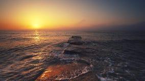 Wschód słońca nad plażą i morzem Fala myje piasek zbiory wideo