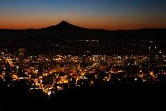 Wschód słońca nad Portland, Oregon i góry kapiszonem, Obrazy Stock