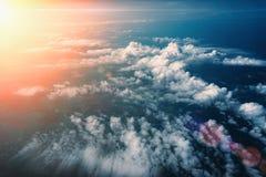 Wschód słońca nad puszyste chmury, odgórny widok od samolotowego okno, dramatyczny atmosfera krajobraz Obrazy Royalty Free