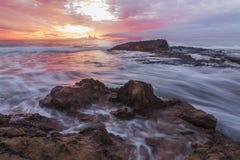 Wschód słońca nad rocks-14 dryftowego morza Śródziemnego połowów tuńczyka morski netto obraz royalty free