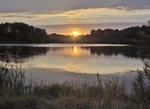 Wschód słońca nad spokojnym lasowym jeziorem obrazy stock