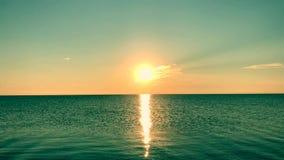 Wschód słońca nad spokojnym morzem, pogodna droga zbiory