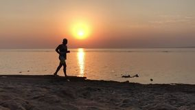 Wschód słońca nad spokojnym morzem, pogodna droga zbiory wideo