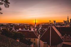 Wschód słońca nad Tallinn linią horyzontu fotografia stock