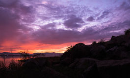 Wschód słońca nad tamą i skałą Obrazy Royalty Free