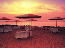 Wschód słońca nad tropikalną plażą zdjęcie stock