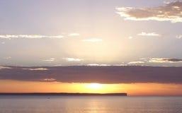 wschód słońca nad wodą Obrazy Royalty Free