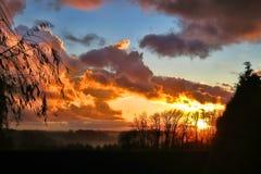 Wschód słońca nad wsią w mgle w Normandy Francja Zdjęcia Stock