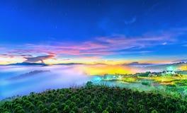 Wschód słońca nad zboczem jako słońca wydźwignięcie od horyzontu odbija lekkiego jaskrawego żółtego niebo Obraz Royalty Free
