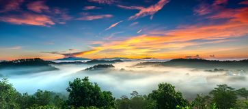 Wschód słońca nad zboczem jako słońca wydźwignięcie od horyzontu odbija lekkiego jaskrawego żółtego niebo Zdjęcia Royalty Free