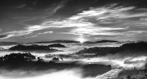 Wschód słońca nad zboczem jako słońca wydźwignięcie od horyzontu odbija lekkiego jaskrawego żółtego niebo Fotografia Stock