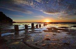 Wschód słońca, odbicia i sylwetki Coledale rockshelf, Obrazy Stock