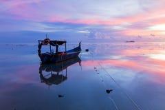 Wschód słońca plażą z łodzią w George Town, Penang Malezja Obrazy Royalty Free