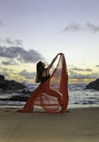 wschód słońca plażowa piękna kobieta Obraz Royalty Free